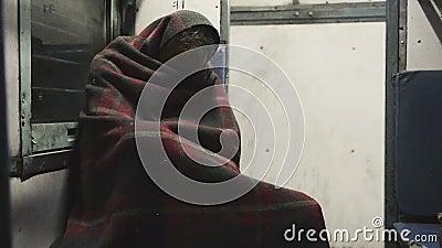 Pobre viajante embrulhado em serape no trem de Varanasi a Jaiselmer vídeos de arquivo