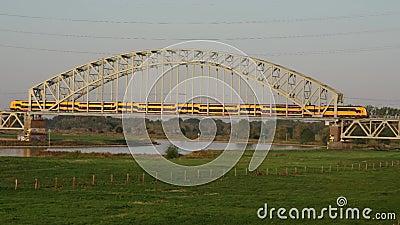 Pociąg na moście kolejowym zdjęcie wideo