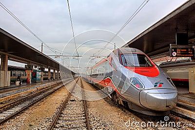 Pociąg na staci. Wenecja, Włochy. Obraz Stock Editorial