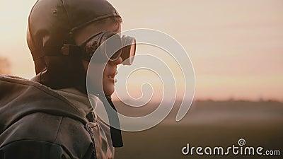 Poco muchacho feliz en el traje experimental viejo de la diversión que lleva los vidrios retros de la aviación que hacen caras to metrajes