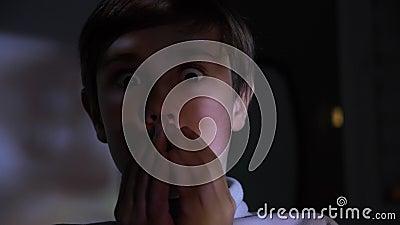 Poco Película De Terror O Vídeo En La TV U Ordenador De Observación ...