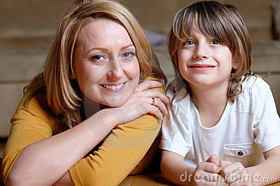Podłogowy szczęśliwy jej łgarscy mamy syna potomstwa