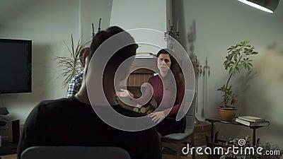 Podrażniony młody kaukaski chłopak rozmawiający ze swoją wkurzającą dziewczyną w biurze psychologa Para nie zdjęcie wideo