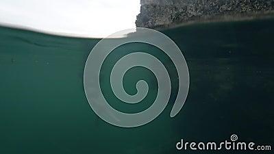Podwodny widok kobiety pływającej i chrapającej się w czystym naturalnym basenie jaskiniowym zdjęcie wideo