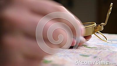 Points de destination de voyage sur la carte avec le boussole à la main sur la carte banque de vidéos
