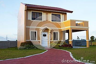 Pojedynczy rodzinny żółty pomarańcze dom