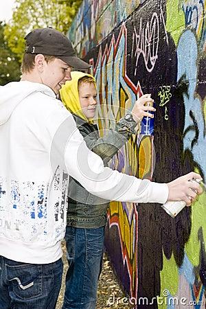 Pojkar som målar spray två