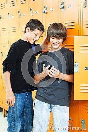 Pojkar spelar den teen videoen
