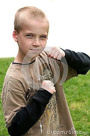 Pojke med lyftta nävar