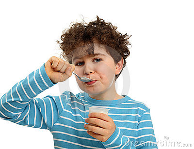 Pojke som äter yoghurt