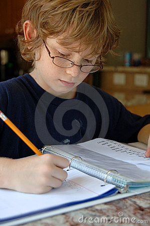 Pojke som gör läxa