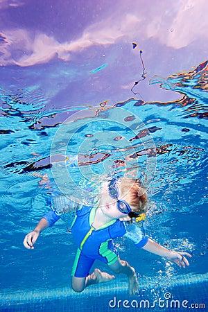 Pojkeandedräktbarn som rymmer undervattens- barn