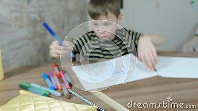 Pojkeattraktionovals med en blå markör på vitbok blurriness arkivfilmer