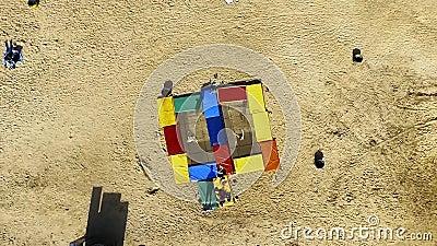 Pojkebanhoppning på trampolinen på stranden trick arkivfilmer