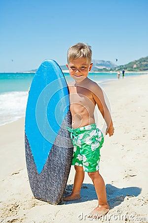 Pojken har gyckel med surfingbrädan