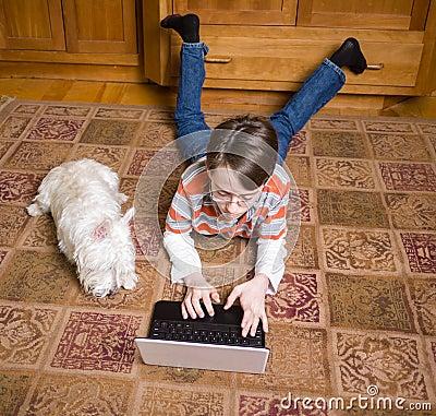 Pojken ledsar den hans konstant hunden