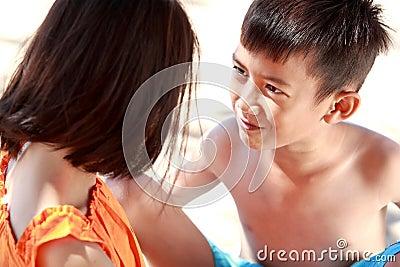 Pojken omfamnar henne systern
