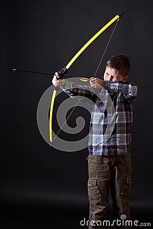 Pojken skjuter en pilbåge