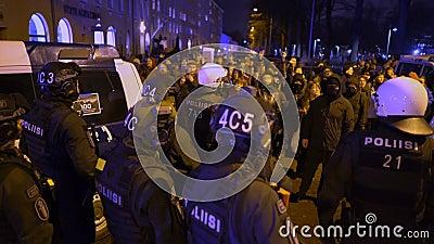 Polícia mantém ordem durante marcha de Antifa e comício de nacionalistas de extrema-direita no Dia da Independência da Finlândia video estoque