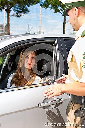 Polícia - mulher na violação de tráfego que começ o bilhete