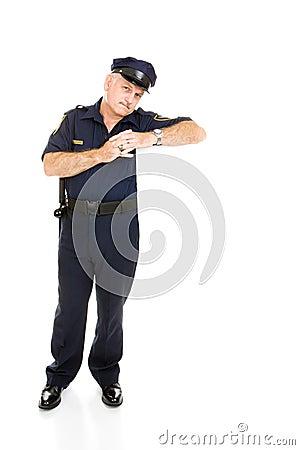 Polícia que inclina-se no espaço branco