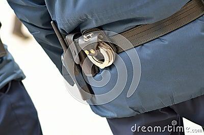 A polícia equipa de atrás