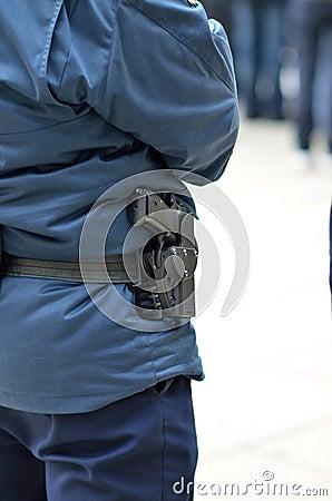 A polícia equipa em sua roupa azul específica