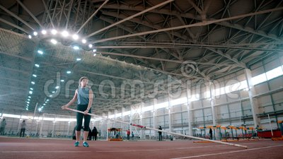 Pole Gewölbe - die Sportlerin nimmt einen langen Pol und läuft. stock video footage