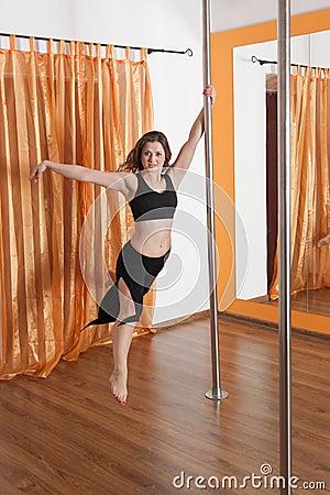 Pole-Tänzer im Flugwesen in der Luft