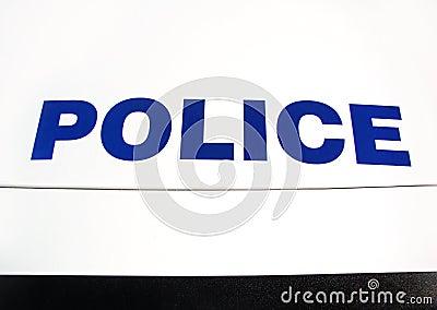Policía en el capo motor del coche
