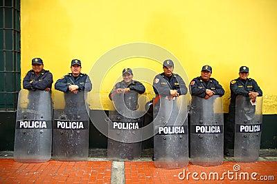 Policía espera Foto editorial