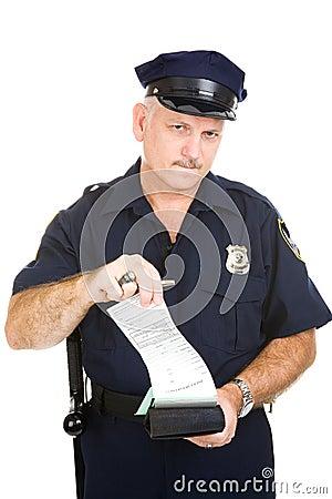 Policía con la citación en blanco