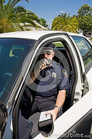 Policía - llamando en etiqueta