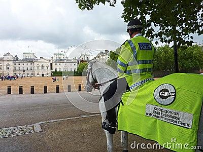 Policía montada. Protección del niño de Londres Fotografía editorial