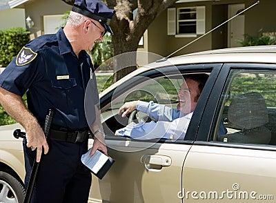 Policía - parada cómoda del tráfico