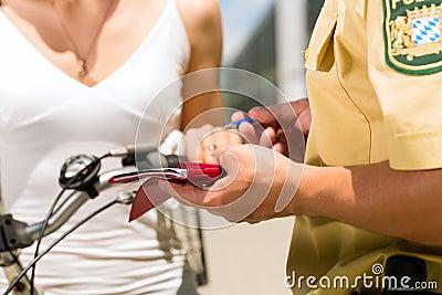 Police - femme sur la bicyclette avec le policier