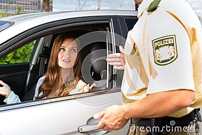 Policja - kobieta w biletowy dostaje ruch drogowy naruszeniu