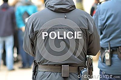 Polisen man i stad av Prague