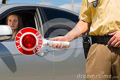 Politie - de politieagent of cop houdt auto tegen