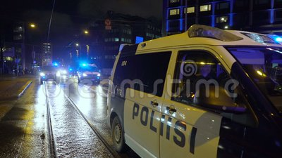 Politie houdt de orde tijdens de mars van Antifa en de bijeenkomst van extreem-rechtse nationalisten op de Finse Onafhankelijkhei stock videobeelden