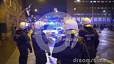 Politie houdt de orde tijdens de mars van Antifa en de bijeenkomst van extreem-rechtse nationalisten op de Finse Onafhankelijkhei stock video