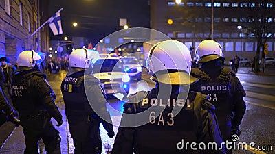 Politie houdt de orde tijdens de mars van Antifa en de bijeenkomst van extreem-rechtse nationalisten op de Finse Onafhankelijkhei stock footage