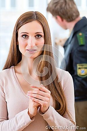 Politieman die bewijsmateriaal na inbraak bewaren