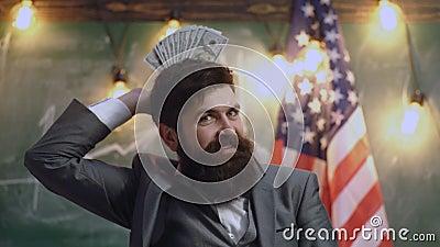 Politiker: Mann Holding aufgelockerte heraus US-W?hrung Fortschritt im Gesch?fts-USA-Flaggenhintergrund Finanziellb?rsediagramme stock footage