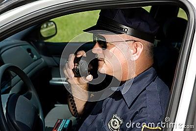 Polizeibeamte auf Funk
