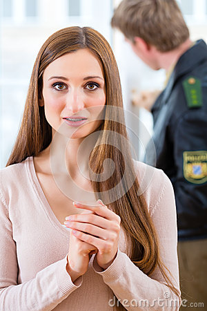 Polizeibeamte, der Beweis nach Einbruch konserviert