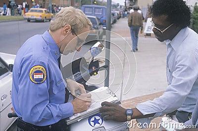 Polizeibeamteschreibenskarte Redaktionelles Foto