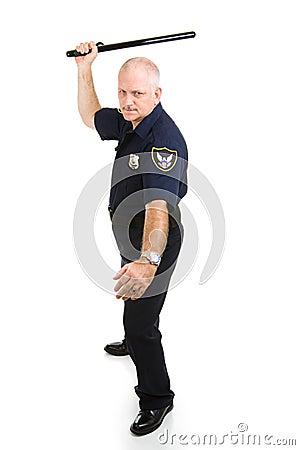 Polizist, der Nachtsteuerknüppel verwendet