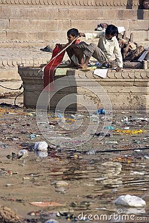 Pollution dans le fleuve saint Ganges - Inde Photographie éditorial