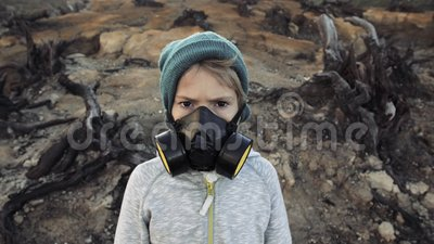 Pollution environnementale, catastrophe, concept de guerre nucléaire Enfant dans le masque protecteur clips vidéos